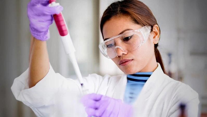 Lenovo Cloud Computing - Scientist in lab